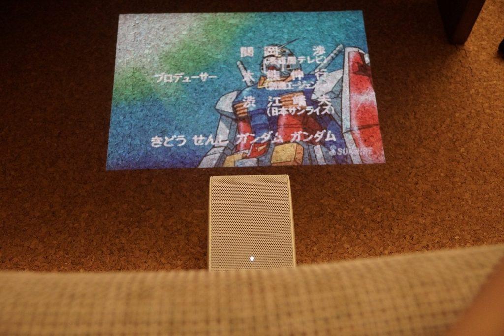 SONY LSPX-P1でソファでゴロゴロアニメ見る