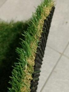 人工芝は厚みもあり丈夫です。