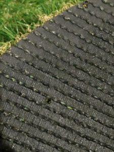 人工芝の裏には雨を排水する穴があります。
